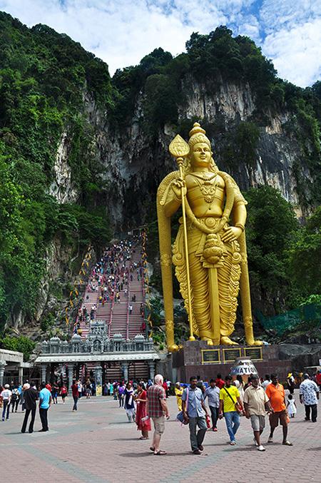 Pecine batu su najveci Tamilski hram van Indije, smestene oko 11 kilometara severno od Kuala Lumpura, jedna od glavnih atrakcija u Maleziji, hram je sazidan 1891.
